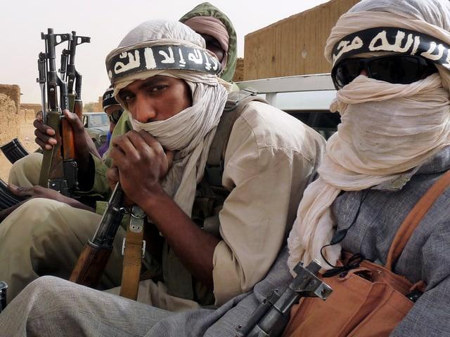 Bewaffnete, sitzende Männer