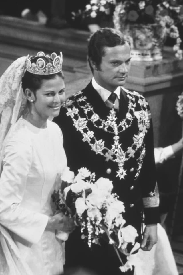Silvia und Carl Gustaf vor dem Altar. Sie strahlt, er lächelt.
