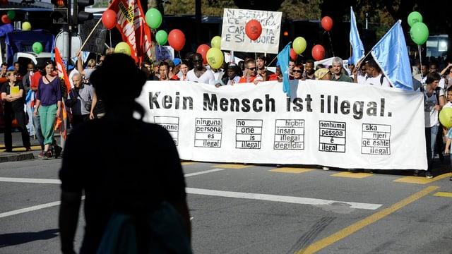 Demonstranten mit Plakat.