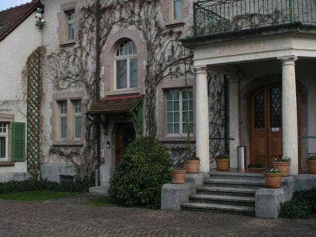 Der Haupt- und Seiteneingang der Villa Langmatt