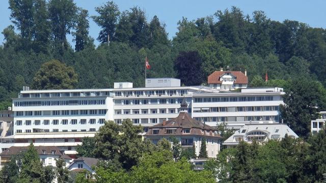 Die Hirslanden Klinik St. Anna - im Hintergrund sieht man einen Wald
