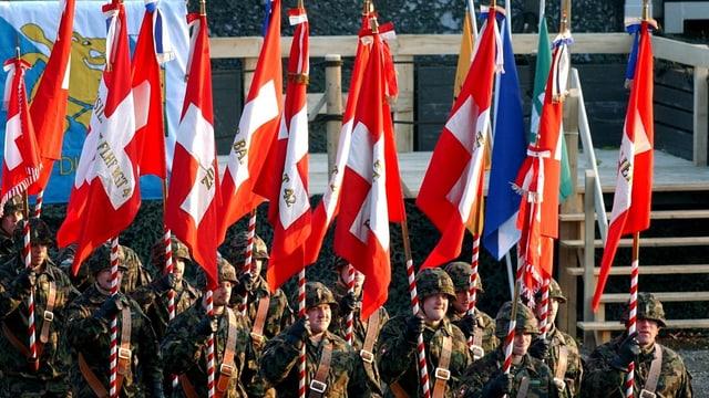 Soldaten der Schweizer Armee an der Verabschiedung der Felddivision 6 in Zürich im November 2003.