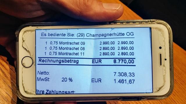 ein Foto von einem Handy mit einer Rechnung drauf