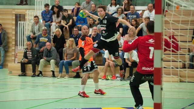 Handballer im Sprungwurf