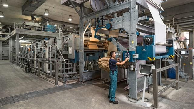 In der Fabrikhalle eines Textilunternehmens.