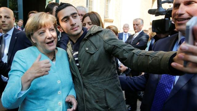 Angela Merkel posiert für ein Selfie mit einem Flüchtling