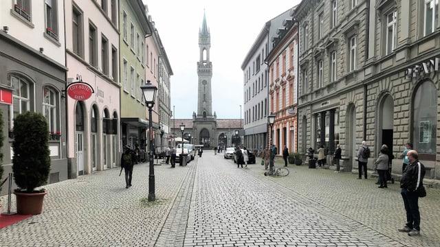 In der Konstanzer Altstadt sind schon am frühen Montagmorgen die ersten Einkaufstouristen unterwegs.