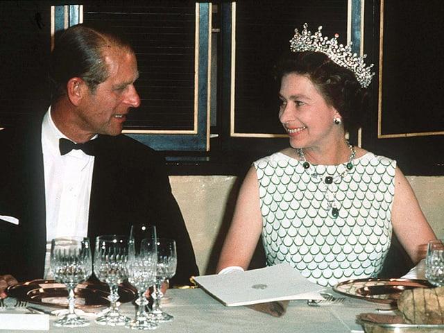 Prinz Philip und Queen Elizabeth am Tisch sitzend