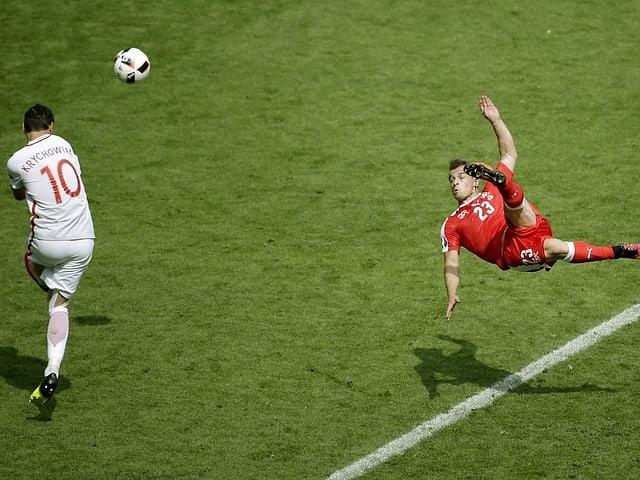 Xherdan Shaqiri bei seinem spektakulären Seitfallzieher-Tor 2016 gegen Polen.