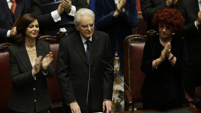 Ils parlamentaris applaudeschan per l'elecziun da Sergio Mattarella sco president da l'Italia.