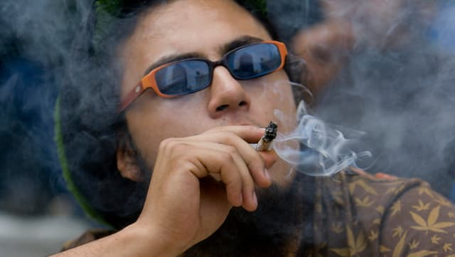 Kiffer raucht eine Cannabis-Zigarette.