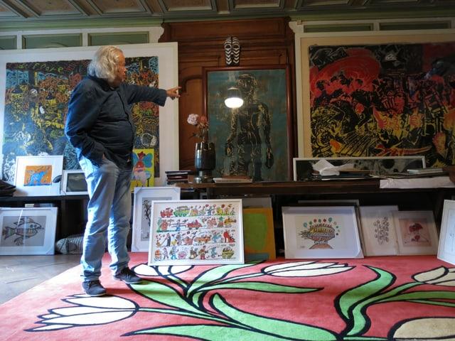 Ted Scapa in seinem Wohnzimmer, umgeben von Kunstwerken