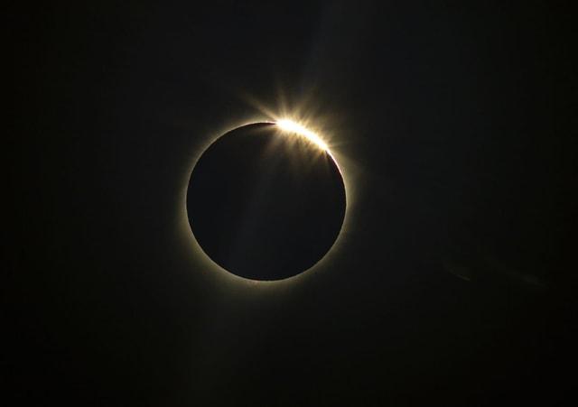 Der Mond bedeckt die Sonne