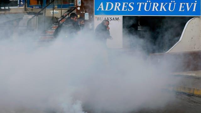 persunas en nivels da gas lacrimogen