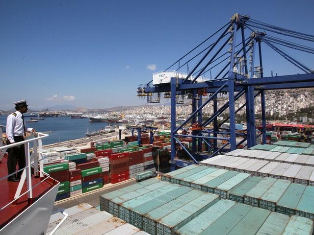 Blick vom Deck der «Cosco Shipping Panama» auf die Container, links der Kapitän.