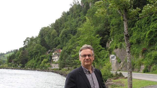 Baptist Lottenbach, Gemeindeammann von Weggis, vor den Häusern in der Horlaui.