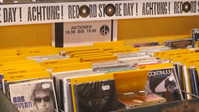 """Auslage im Plattenladen """"Dezibelle"""" in Aarau mit Aufkleber zum """"Record Store Day"""""""
