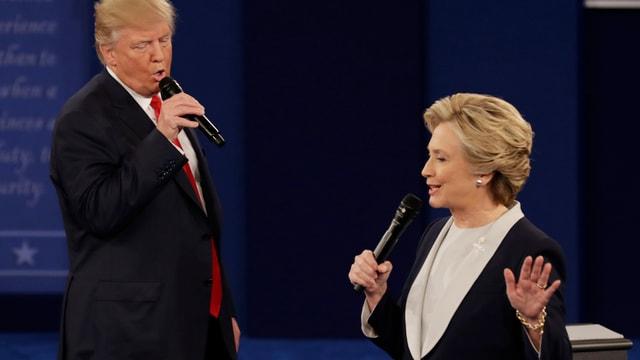 Donald Trump und Clinton reden während eines TV-Duells
