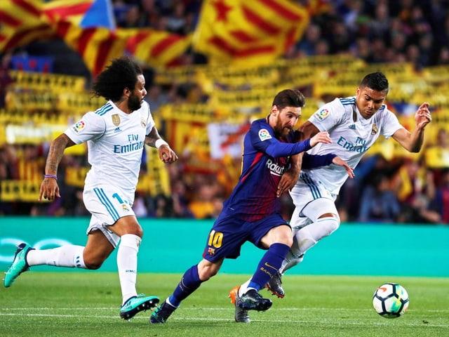 Barcelonas Messi im Laufduell mit Casemiro und Marcelo von Real Madrid.