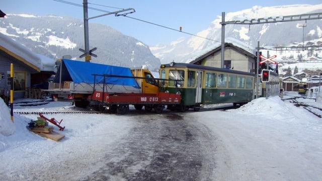 Der Zug und der Lieferwagen blockieren den Bahnübergang in Grindelwald.