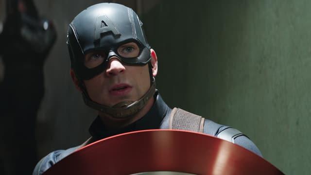 Captain America schützt sich mit seinem Schild.