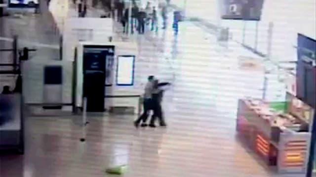 Bild der Überwachungskamera vom Flughafen Orly.