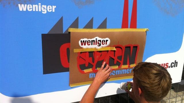 Ein Jugendlicher streicht eine Plakatwand mit einer lösungsmittelfreien Farbe.