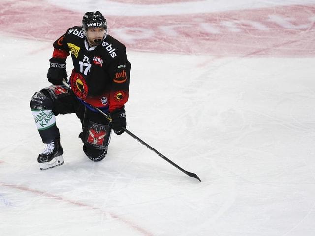 Zach Boychuk kniet müde auf dem Eis.