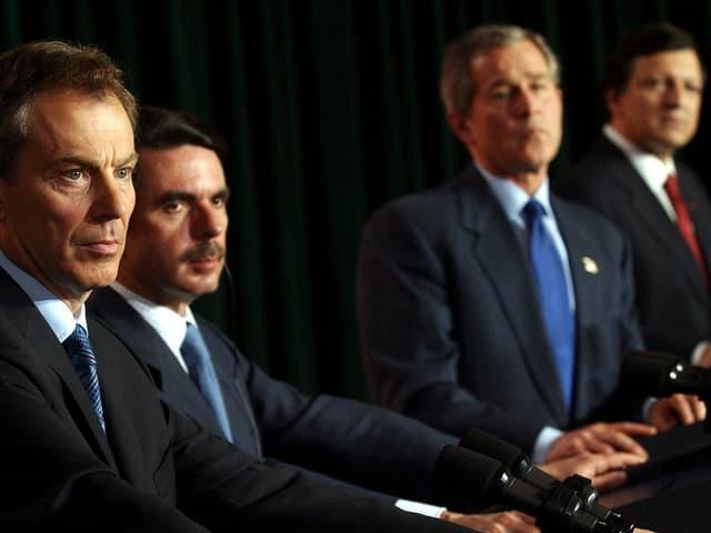 Blair, Aznar, Bush und Barroso 2003 an einer Medienkonferenz zum Eingreifen im Irak.