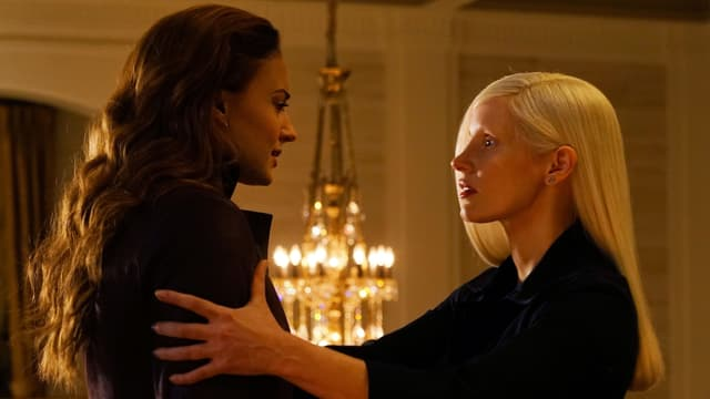 Blonde Frau hält braunhaarige Frau am Arm