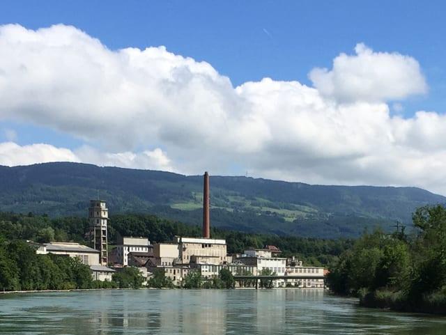 Aare, im Hintergrund eine Fabrik.