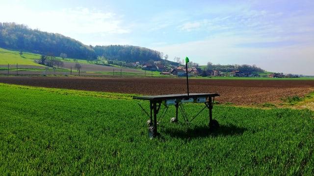 Roboter der Firma EcoTronix auif einem Feld.