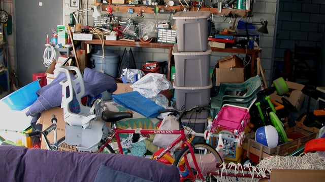 EIne Garage, die mit Dingen vollgestopft ist.