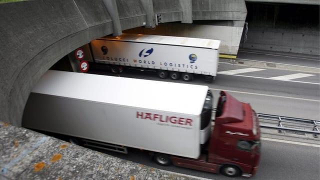 Zwei Lastwagen auf der Autobahn