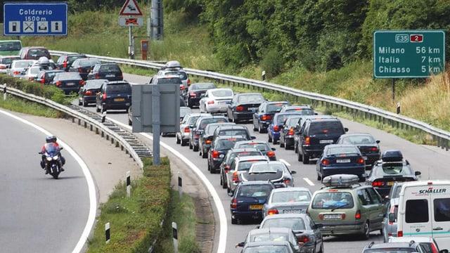 Auf dieser Autobahn stehen viele Fahrzeuge im Stau