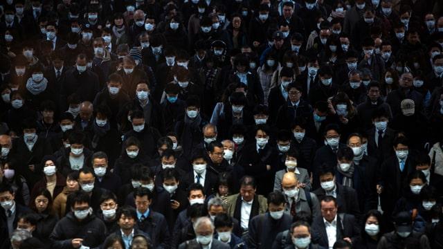 Menschenmasse, alle tragen Gesichtsmasken.