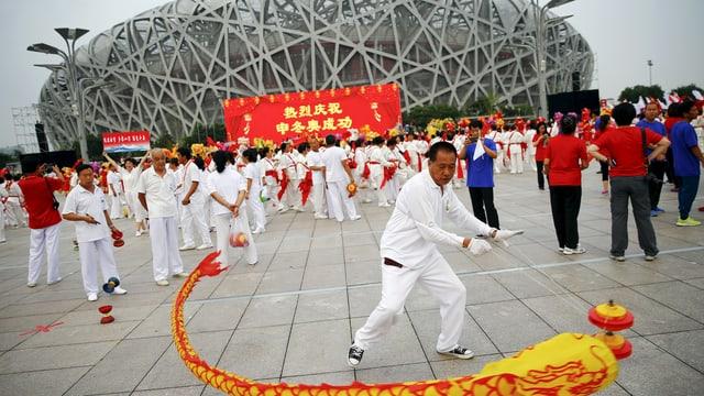 Vor dem Olympiastadion führen Chinesen Tänze auf.