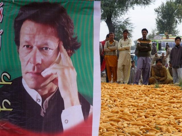 Imran Khan, links, ist der neue Superstar unter den pakistanischen Politikern.