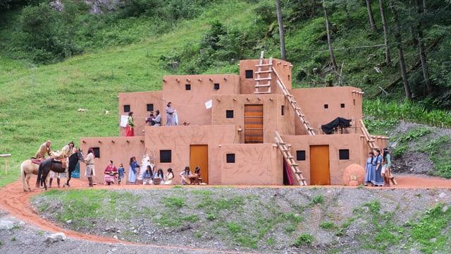 Theaterkulisse die ein Puebladorf in einer Winnetou-Inszenierung darstellt.