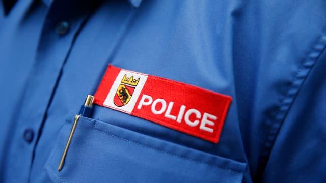 Ein Polizeilogo auf einem Hemd.
