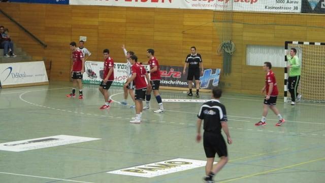 Mannschaft des HSC Suhr Aarau in der Verteidigungsposition.