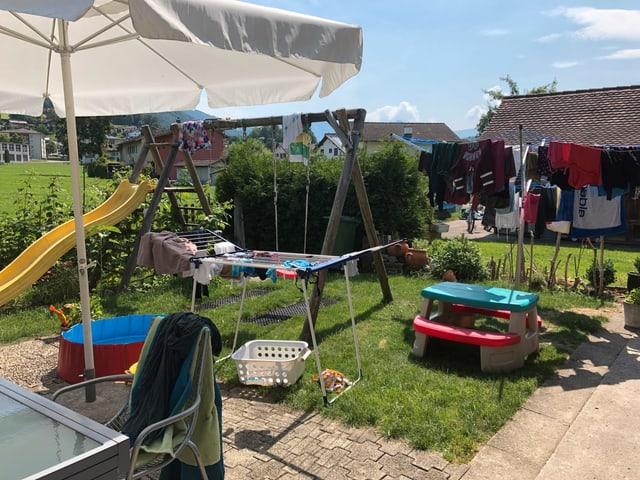 Garten mit Kleiderständer und Schaukel