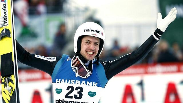 Ammann sa legra e tegn ad ault in bratsch e ses skis.