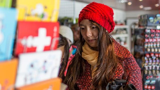 Eine chinesische Touristin in einem Souvenir-Shop.