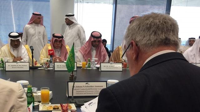 Schneider-Ammann (von hinten fotografiert), vis-a-vis  sitzt der saudische Minister für Handel und Investitionen, Majed Al-Qasabi.