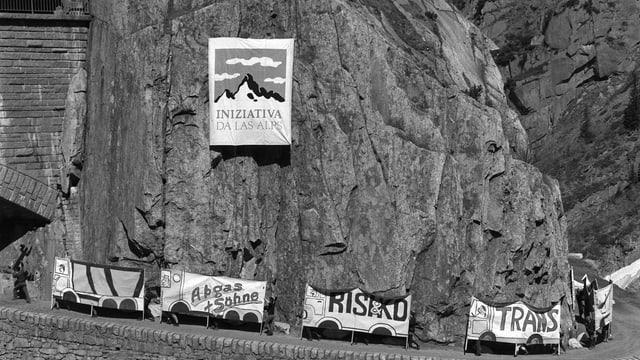 Il comité preschenta l'iniziativa da las alps. Quai en la chavrogia Schöllenen en il chantun Uri.
