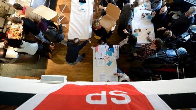 SP-Fahne über Tischen mit Delegierten