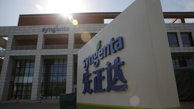 Gebäude, das mit Syngenta und chinesischen Buchstaben angeschrieben ist.