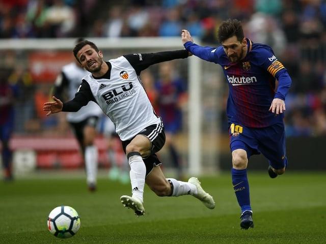 Valencias Jose Luis Gaya im Laufduell mit Barcelonas Lionel Messi.
