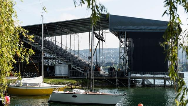 Eine Bühne am Zürcher Theaterspektakel, die in den Zürichsee hineinragt.